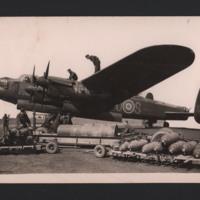 Bombing up Lancaster S-Sugar